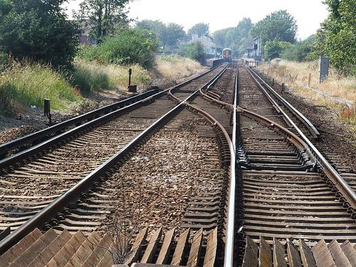 二つの線路が交わっているところ