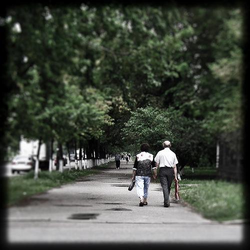 手をつないで歩く2人の後ろ姿