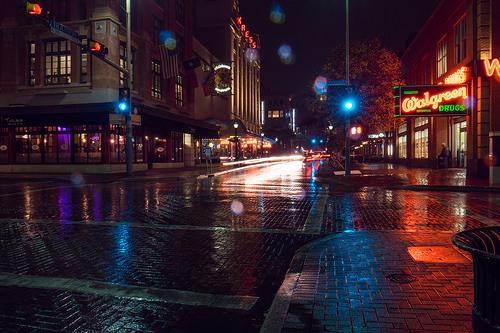 雨が降る夜の街