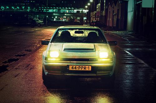 ヘッドライトをつけた車