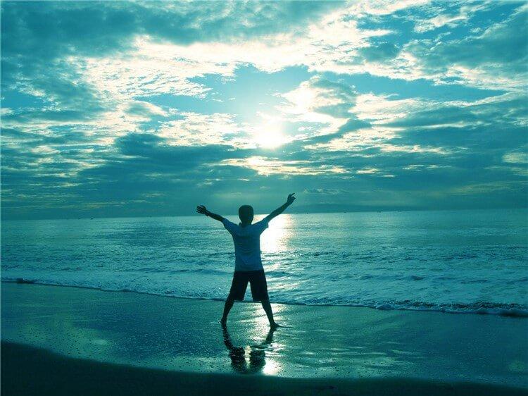 海、空、人の後姿