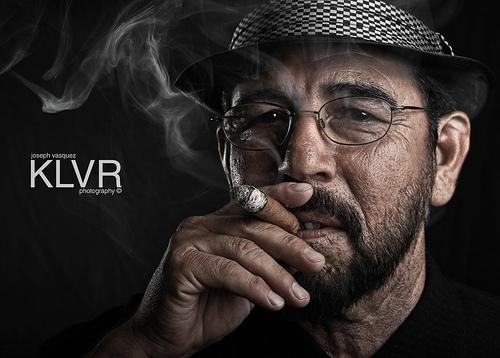 葉巻を吸う男性