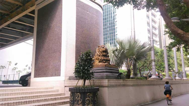 ホテル 正面横の像