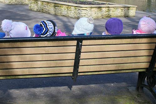 ベンチ越しに頭が見えている子供たち