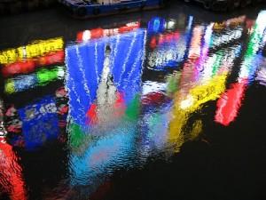 大阪、道頓堀の水面に映るグリコマーク