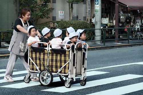 保育士さんと子供たち