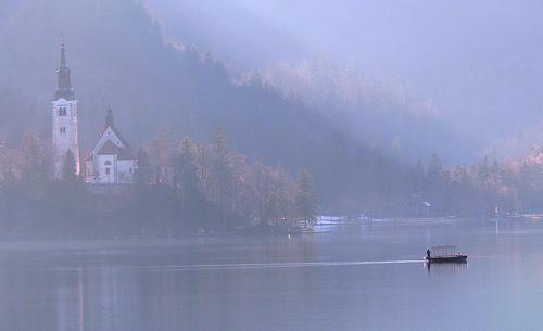 湖のほとりにあるお屋敷