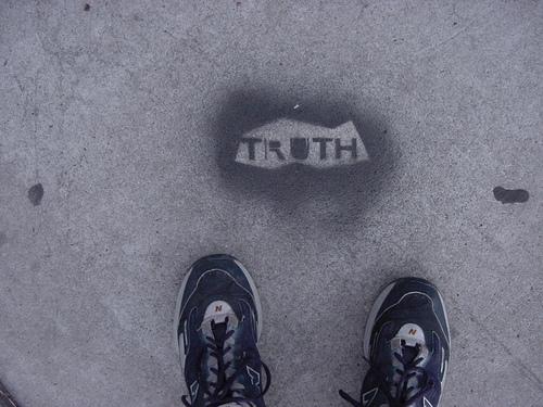 真実と書いている地面