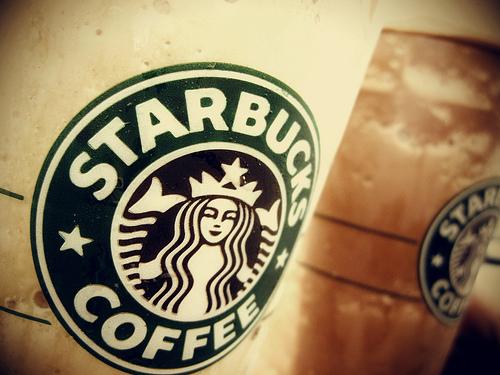 紙コップに描かれたスターバックスのロゴ