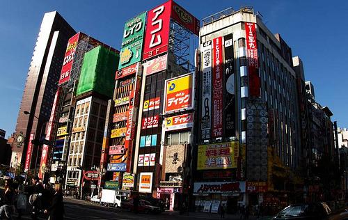 日本、繁華街の雑居ビル