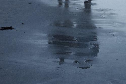 波打ち際に映る二人の影