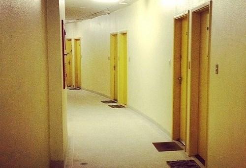 建物内の廊下とドア(切り取り)