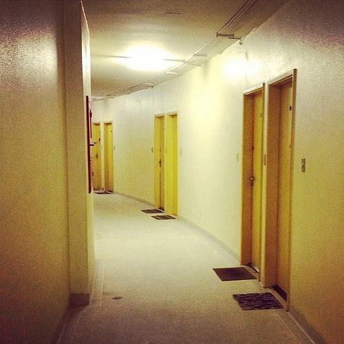 建物内の廊下とドア
