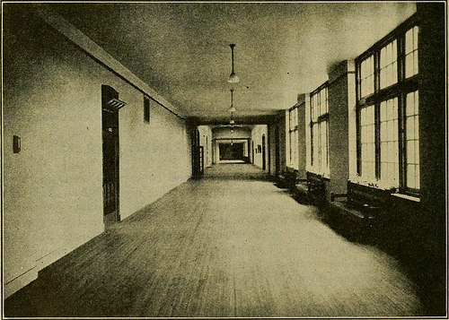 20世紀初頭の高校の廊下