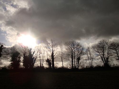 雲が太陽を覆い隠す