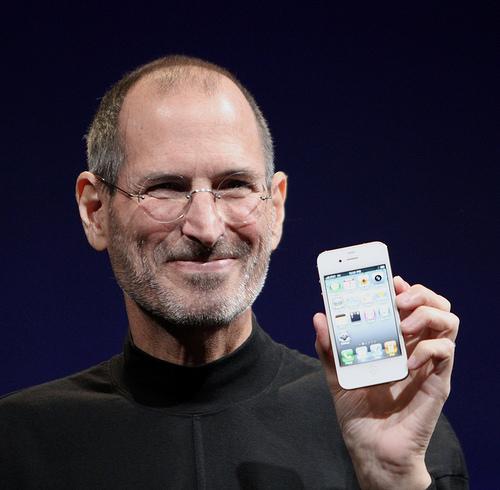 スティーブジョブズがiPhoneを手にしている写真