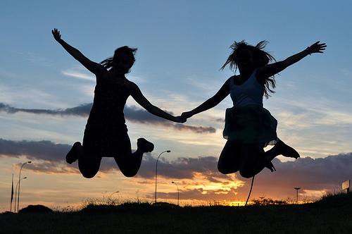 ジャンプする二人の女性