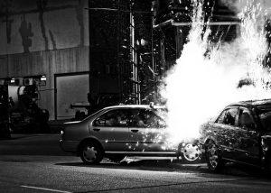 衝突する車