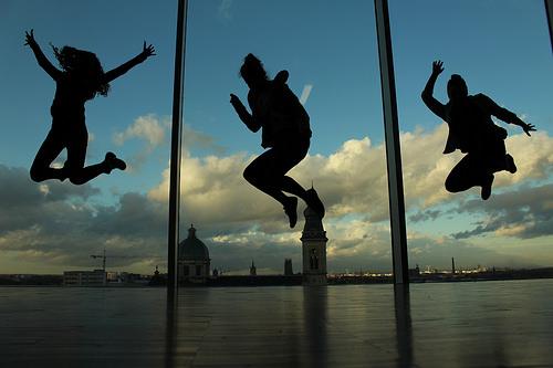 ジャンプする人たちの影